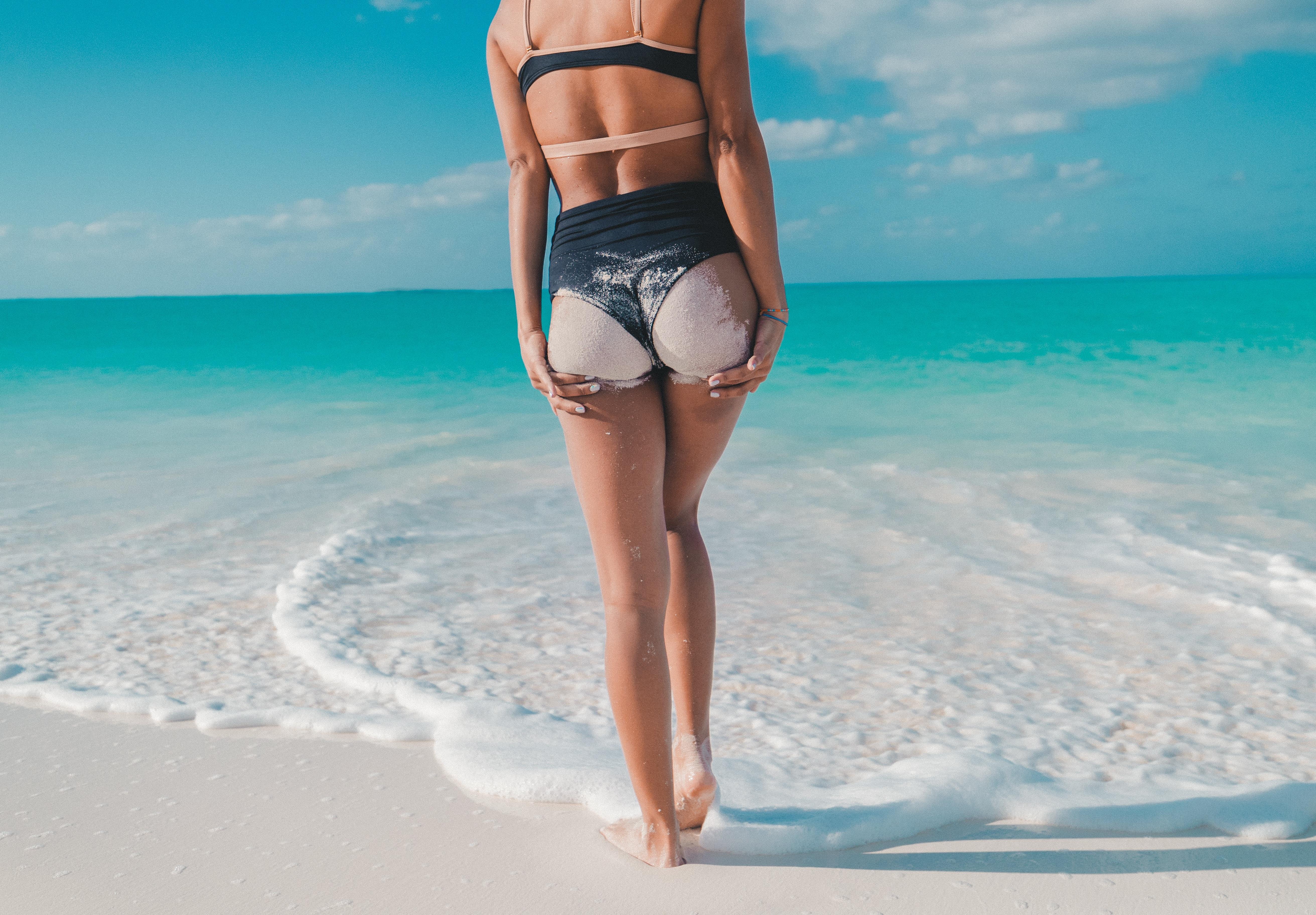 2018 metų paplūdimio tendencijos vientisiems ir dviejų dalių maudymosi kostiumėliams